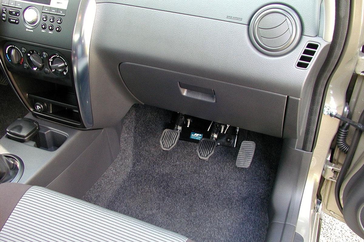 Druhé ovládání pedálů pro potřeby autoškol