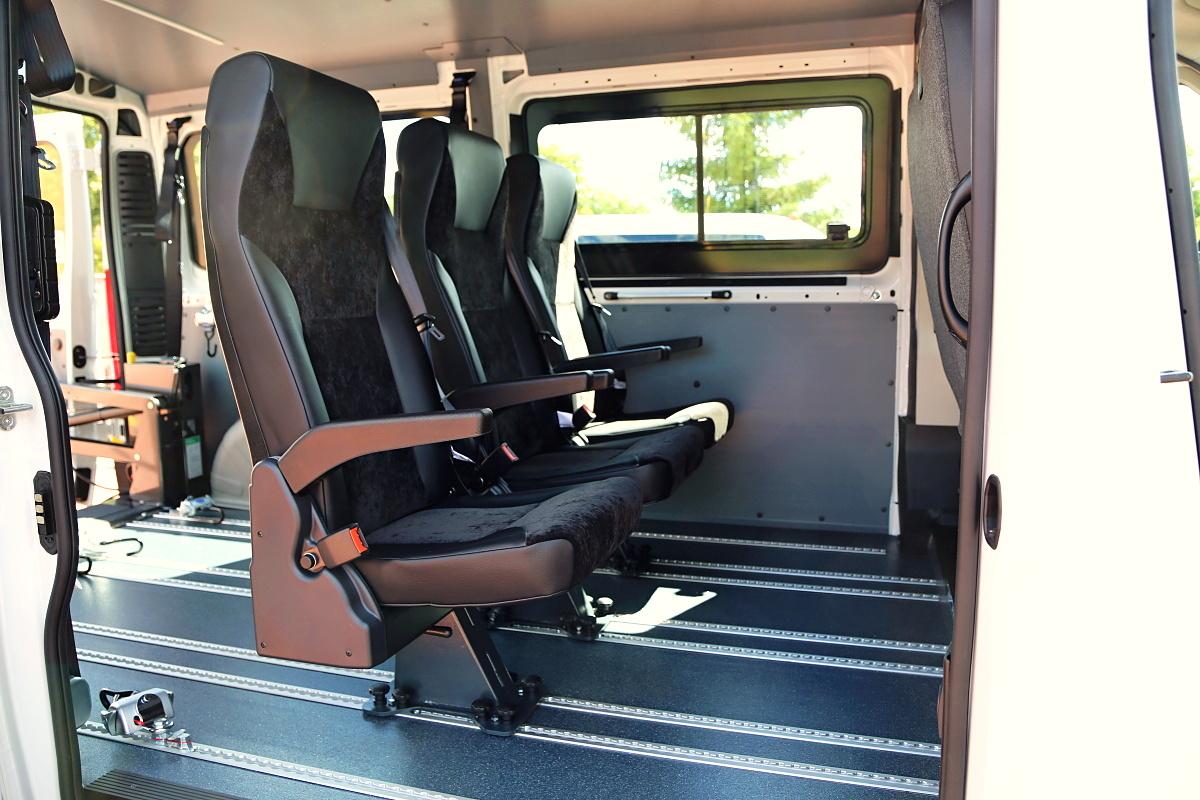 Multifunkční sedadlo s integrovaným bezpečnostním pásem
